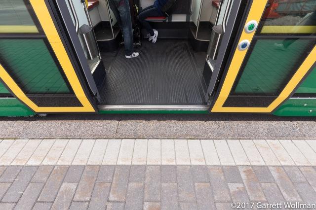 Gap between tram plafrorm and floor